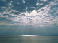 海と光芒 宇出津 23018055457| 写真素材・ストックフォト・画像・イラスト素材|アマナイメージズ