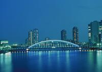 永代橋と高層ビル群