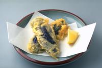 なすの天ぷら 23018057174| 写真素材・ストックフォト・画像・イラスト素材|アマナイメージズ