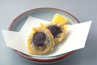 しいたけの天ぷら 23018057240| 写真素材・ストックフォト・画像・イラスト素材|アマナイメージズ