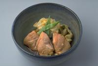 キャベツとさけの煮物 23018057255| 写真素材・ストックフォト・画像・イラスト素材|アマナイメージズ