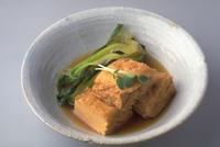 厚揚げと野菜の煮びたし 23018057302| 写真素材・ストックフォト・画像・イラスト素材|アマナイメージズ