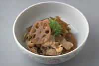 れんこんと豚肉の炒め物 23018057365| 写真素材・ストックフォト・画像・イラスト素材|アマナイメージズ