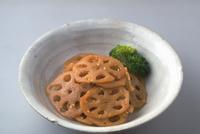 れんこんの炒り煮 23018057366| 写真素材・ストックフォト・画像・イラスト素材|アマナイメージズ