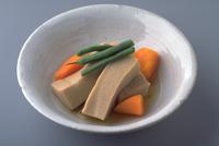 こうや豆腐と野菜の煮物 23018057395| 写真素材・ストックフォト・画像・イラスト素材|アマナイメージズ