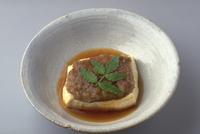 肉のせ豆腐焼き 23018057411| 写真素材・ストックフォト・画像・イラスト素材|アマナイメージズ