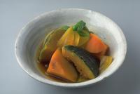 緑黄色野菜の煮物 23018057610| 写真素材・ストックフォト・画像・イラスト素材|アマナイメージズ