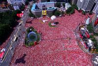 市庁前 ソウル広場 赤い悪魔サポーター 23019000413| 写真素材・ストックフォト・画像・イラスト素材|アマナイメージズ