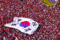 赤い悪魔サポーターと大型太極旗