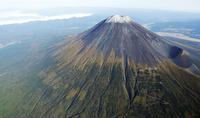 初冠雪の富士山頂と裾野
