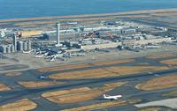 羽田空港の滑走路とターミナルビル