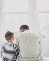 外国人の父と男の子の背中