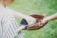 野球グローブをしている外国人の父子の手 24000000023| 写真素材・ストックフォト・画像・イラスト素材|アマナイメージズ