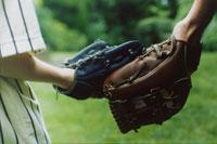 野球グローブをしている外国人の父子の手