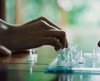 チェスをする外国人女性の手