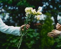 外国人女性に花を手渡す外国人男性