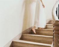 階段を上る女性の後姿
