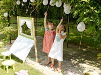 風船を見上げている外国人の子供たち