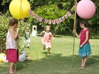 風船アーチを持っている外国人の女の子たち 24001000014A| 写真素材・ストックフォト・画像・イラスト素材|アマナイメージズ