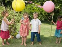 手をつないでいる外国人の子供たち 24001000015A| 写真素材・ストックフォト・画像・イラスト素材|アマナイメージズ