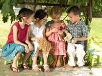 プレゼントをのぞいている外国人の子供たち