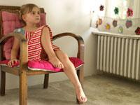 椅子に座っている外国人の女の子
