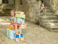 プレゼントを抱えている外国人の女の子