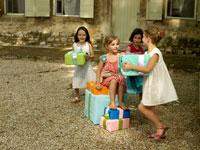 プレゼント持参で走る外国人の子供たち