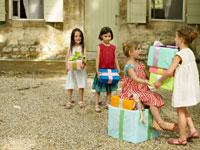 プレゼントをあげている外国人の子供たち