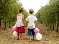 オリーブ畑に立っている外国人の子供たち