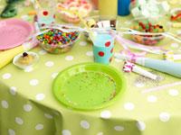 野外誕生日パーティのテーブルセット