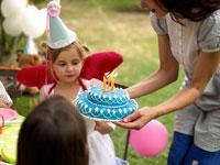 誕生日ケーキを持ってい来る外国人の母