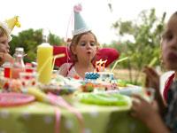 誕生日ケーキを吹き消す外国人の女の子 24001000075| 写真素材・ストックフォト・画像・イラスト素材|アマナイメージズ