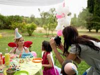 バースデーガールの写真を撮る外国人の母 24001000079| 写真素材・ストックフォト・画像・イラスト素材|アマナイメージズ