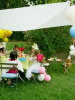 誕生日パーティをしている外国人の子供たち