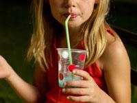 ジュースを飲む飲む外国人の女の子 24001000087| 写真素材・ストックフォト・画像・イラスト素材|アマナイメージズ