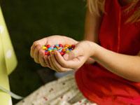 チョコを持っている外国人の女の子の手