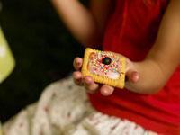 クッキーを持っている外国人の女の子の手