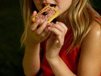 クッキーを食べる外国人の女の子 24001000091| 写真素材・ストックフォト・画像・イラスト素材|アマナイメージズ