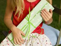 プレゼントを持っている外国人の女の子 24001000093| 写真素材・ストックフォト・画像・イラスト素材|アマナイメージズ