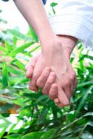 手を握る男性と女性
