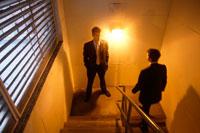 オフィスの階段を歩くビジネスマン