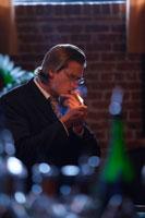バーで葉巻を吸う男性