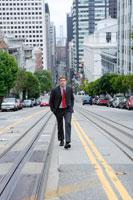 道路を歩くビジネスマン