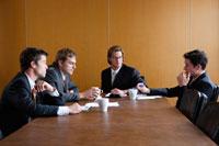 オフィスで会議をするビジネスマン