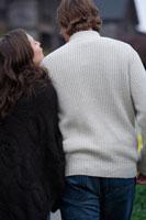散歩中に寄り添うカップル