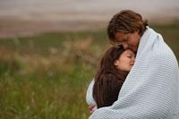 草原で一枚の毛布に包まるカップル 24002000333| 写真素材・ストックフォト・画像・イラスト素材|アマナイメージズ