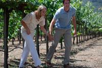 ブドウ畑を散歩するカップル 24002000360A| 写真素材・ストックフォト・画像・イラスト素材|アマナイメージズ