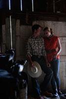 馬小屋で寄り添うカップル