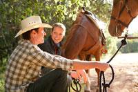 乗馬中に休憩をとるカップル